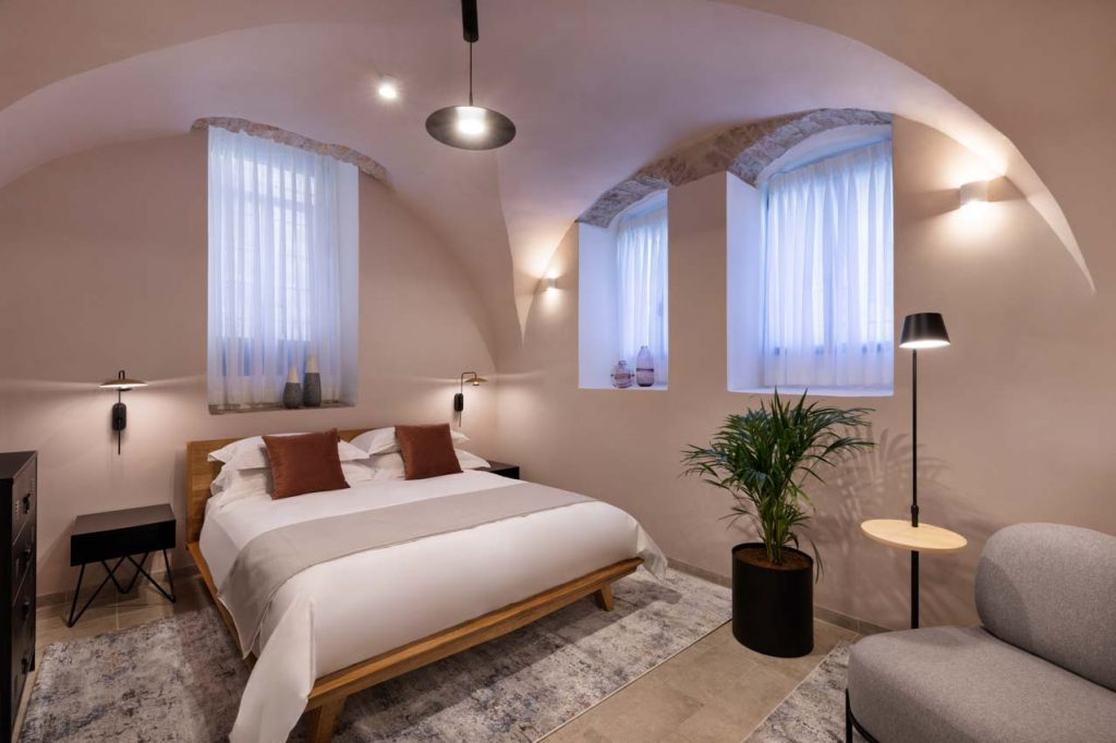 damson-hotel-the-cave-1